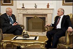 Th. Hammarberg mit Fatmir Sejdiu, Präsident von Kosovo (Foto: Europarat)