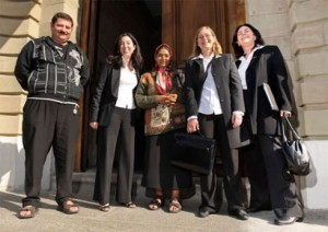 Vertreter von Mesemrom und rumänische Romni vor dem Gerichtsgebäude in Genf