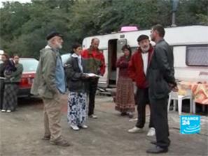 Jean Claude Vitran und Bewohner des Camps in Pontoise (Foto: France24)