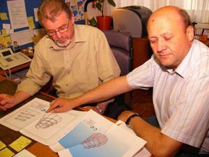 Amtsrat Koller und Bgm. Nussgraber mit den Entwürfen der Gedenkskulptur