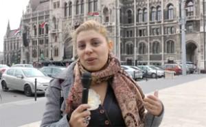 Sosinet-Reporterin vor dem Parlament in Budapest (Foto: sosine.hu)