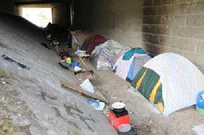 Zelte der Roma unter der Autobahn (Foto: Tiroler Tagesztg.)