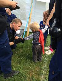 Bern: Die Jenischen wurden von der Polizei familienweise mit Nummern am Unterarm versehen (Foto: N. Susedka/Der Bund)