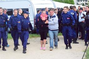 Die Polizei räumt das Protestcamp der jensichen in Bern (Foto: J.Spori/Tagesanzeiger.ch)