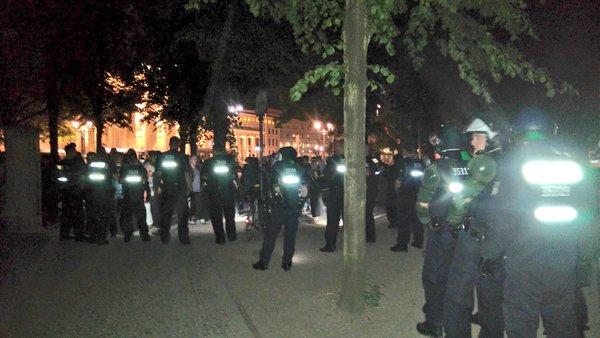 Polizeigroßeinsatz beim Denkmal in Berlin (Foto: Felix Herzog, @flecks)