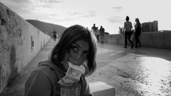 """Die Protagonistin beim Betteln auf der Brücke - Filmstill aus dem Dokumentarfilm """"Valentina"""""""