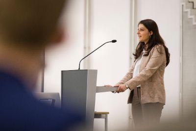 Staatssekretärin Duzdar bei einer Veranstaltung im April 2017 (Foto: BKA/Christopher Dunker)