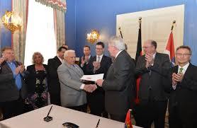 Dem hessischen Staatsvertrag vorangegangen ist die Rahmenvereinbarung vom März 2014: hier Ministerpräsident Bouffier und Vertreter des Landesverbands der Sinti und Roma bei der Unterzeichnung (Foto: Staatskanzlei)