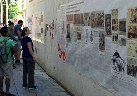 Ausstellung am Baustellenzaun: Marika Schmiedt in Wien, Juli 2017 (Foto: Samuel Mago, via volksgruppen.orf.at)