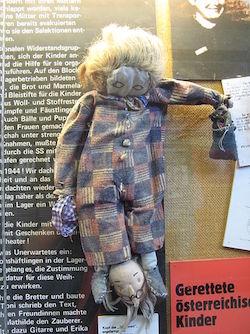 Authentische Puppe im KZ Ravensbrück, wie sie österreichische Frauen für ihre teils mitinhaftierten Kinder angefertigt hatten. (Foto: Jocian/Wikimedia, CC-BY-SA-2.0)