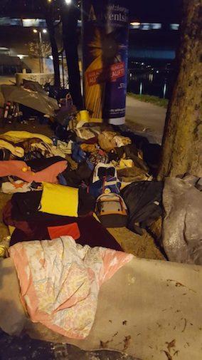 """Radiofabrik.at: """"Das ganze Hab und Gut während des Aufenhalts in wenigen Sackerln. Vor zwei Wochen hat die Polizei ein Schlaflager unter der Nonntaler Brücke geräumt und alles weggeschmissen."""" (Foto: Raim Schobesberger)"""