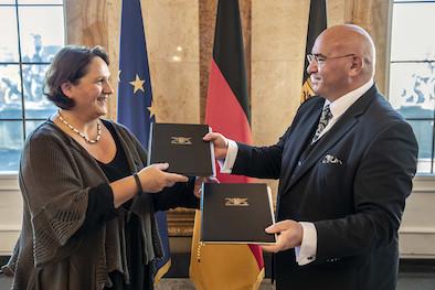 Staatsvertrag 2018: Staatsministerin Theresa Schopper (l.) und Daniel Strauß (r.), Vorsitzender des Landesverbands Deutscher Sinti und Roma (Bild: Staatsministerium Baden-Württemberg)