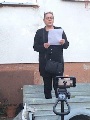 Susanne Horvath verliest das Manifest auf Roman (Foto: Clemens Prinz)