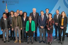 Deutschland: Expertenkommission Antiziganismus wurde konstituiert - hier die Mitglieder mit Minister Horst Seehofer und Romani Rose. (Foto: BMI/Bertrand)