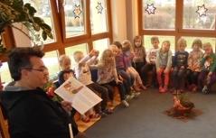 Emmerich Gärtner-Horvath von Roma-Service präsentiert ein Kinderbuch auf Roman in der PH Burgenland (Foto: Roma-Service)