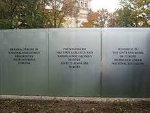 Die Glasplatten des Roma-Holocaust-Denkmals in Berlin (Foto: Wikimedia)