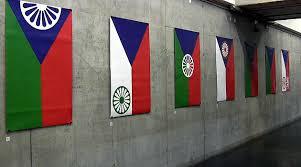 Tschechiens Roma bekommen ein neues Zentrum in der Hauptstadt. Bild: Kunstausstellung mit Tomáš Rafas Roma-Adaptierungen der tschechischen Flagge, 2013 (Foto: Romea-cz)